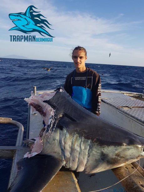 Australský rybář s ukousnutou žraločí hlavou