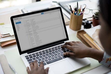 Počítač s emaily