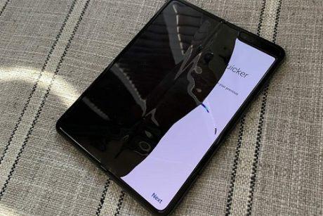 Rozbitý Samsung Galaxy Fold