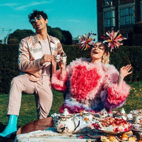 Sophie Turner (vpravo) se svým snoubencem Joem Jonasem při natáčení hudebního klipu
