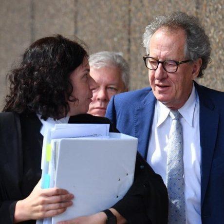 Geoffrey Rush opouští budovu federálního soudu v Austrálii