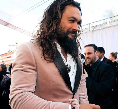 Herec Jason Momoa na letošních Oscarech