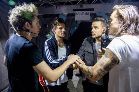 Skupina One Direction před koncertem