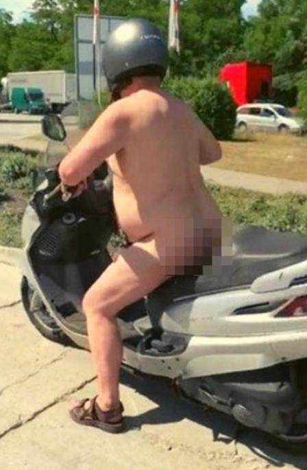 Nahý motorkář na mopedu