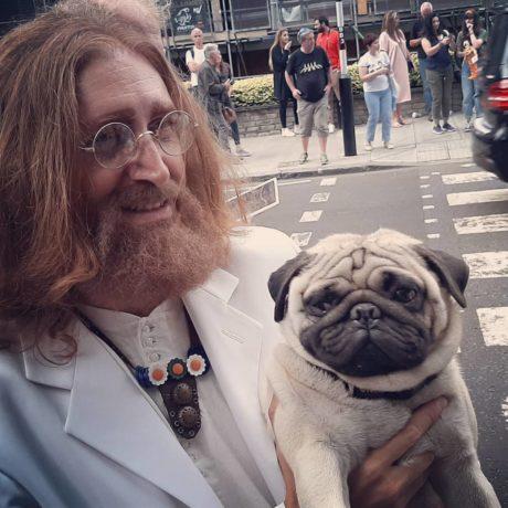Muž převlečený za Johna Lennona