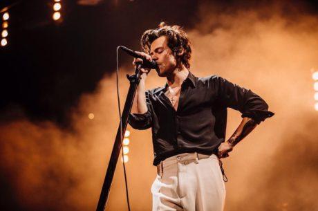 Harry Styles vystupuje v Houstonu na svém loňském turné