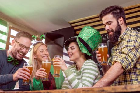 Irové slaví v hospodě