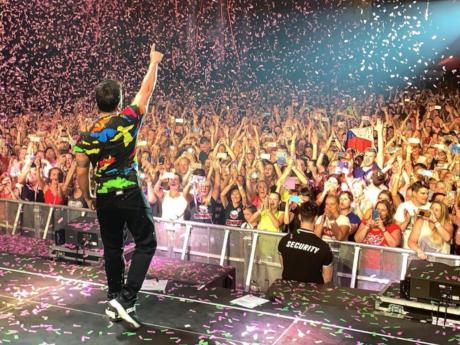 Luis Fonsi během koncertu v pražských Letňanech