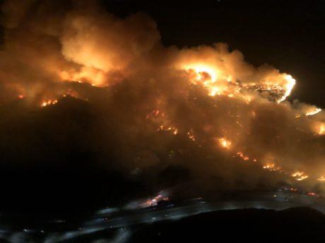 Záběr na divoké požáry v blízkosti Los Angeles