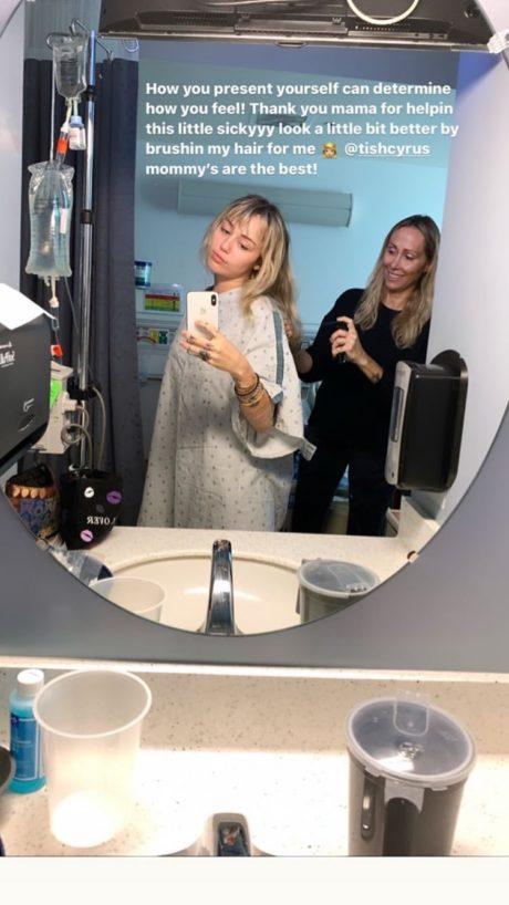 O zpěvačku Miley Cyrus v nemocnici pečuje i její maminka, Tish