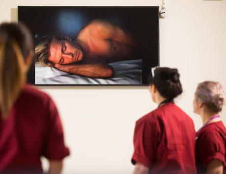Takto vypadá nová instalace v londýnské nemocnici