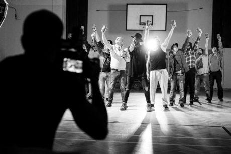 Záběr z klipu k singlu Muži