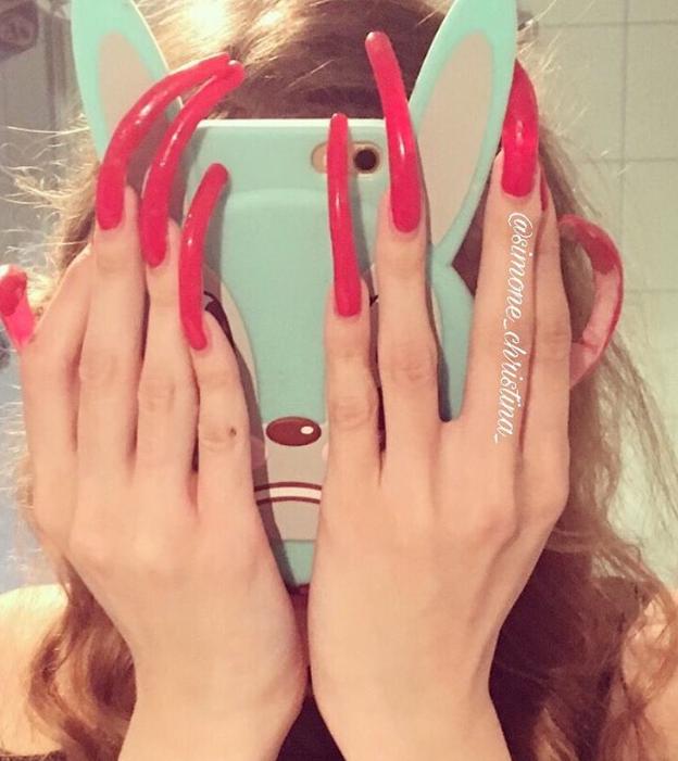 Mladá žena si nestříhala nehty 3 roky. Na své ruce je pyšná, i když to bolí
