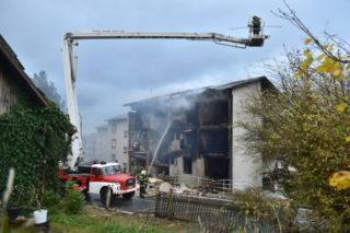 V Lenoře na Prachaticku vybuchl ráno 3. října 2019 plyn v bytovém domě. Jeden člověk přišel o život, policie ho nalezla na místě výbuchu. Dva muži jsou těžce popáleni a dalších sedm lidí je lehce zraněno. Hasiči evakuovali z domu 19 lidí. (CTK Photo/Vaclav Pancer)
