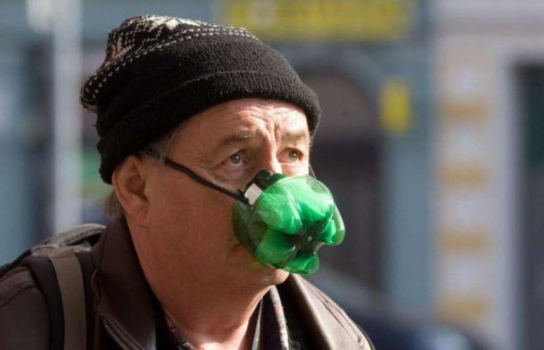 Čím vším se lidé chrání proti koronaviru? Internet zaplavily vtipné  momentky | Frekvence 1