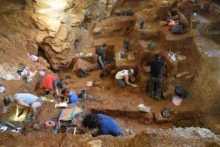Nové nálezy kamenných nástrojů vyrobených moderními lidmi z jeskyně Picareiro ve středním Portugalsku (na snímku) dokládají, že moderní člověk (Homo sapiens) dosáhl nejzápadnějšího cípu Evropy před 41.000 až 38.000 lety, tedy přibližně o 5000 let dříve, než se dosud vědci domnívali. Poznatky publikoval mezinárodní tým antropologů ve vědeckém časopise Proceedings of the National Academy of Sciences.