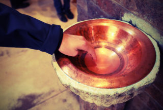 svěcená voda-kostel-církev-víra