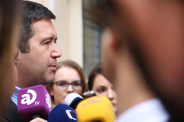 Jan Hamáček po příchodu do volebního štábu ČSSD. FOTO: Karolína Stránská, Frekvence 1