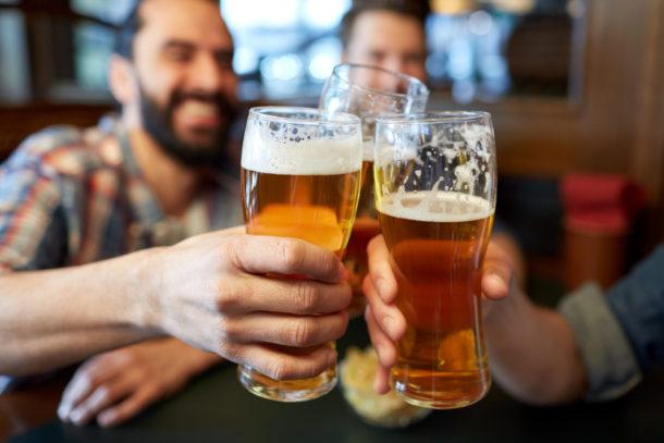 rande s pivem rande s chlapcem na ulici