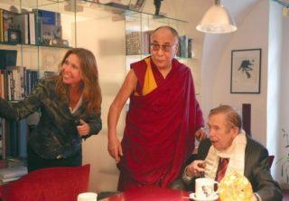 Václav Havel na poslední fotografii. Na snímku s Dalajlamou a svojí osobní asistentkou Sabinou Tančevovou. (foto: archiv S. Tančevovové)