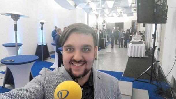 Reportér Frekvence 1 Jan Doležal ve volebním štábu ODS.