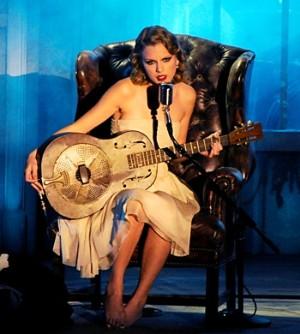 Taylor Swift zpívá písničku Inocent, kterou věnovala Kayne Westovi