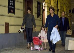 Tom Cruise s rodinou ve večerní Praze. Foto: ČTK
