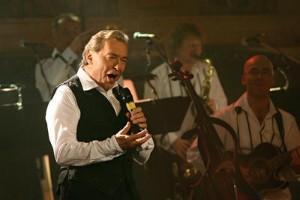 Karel v části koncertu vystoupil jen v košili a vestě. foto: Koule.cz