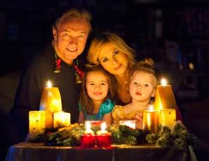 Gott se svojí rodinou na vánočním snímku, který jsme získali. foto: karelgott.com