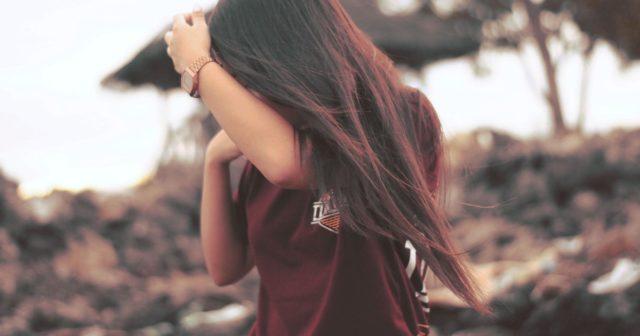 Mít dlouhé vlasy není žádná legrace.