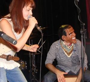 Patricie zpívá Obamamanii, v pozadí bubeník Jarin Noga s maskou Baracka Obamy.