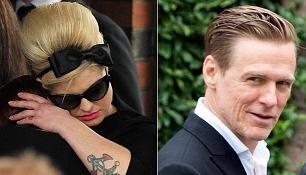 Na pohřeb dorazili např. Kelly Osbourne nebo Bryan Adams.