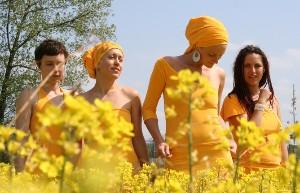 S kapelou Yellow Sisters
