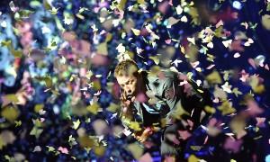 Chris Martin v konfetách