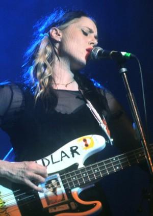 Kate Nash a její baskytara v Praze