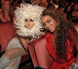 Lady Gaga a její píchavá čepice