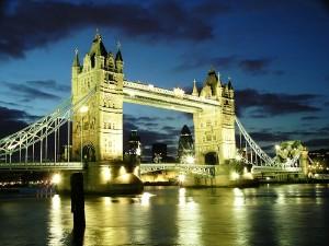 Slavný londýnský Tower Bridge - v noci romantičtější.  Foto Shutterstock