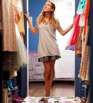 Carrie chodí do svého starého bytu. I za šatníkem.