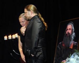 Bára Basiková neudržela slzy. Na snímku s Petrem Kolářem. Foto: ČTK