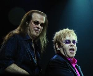 Elton John se svým basákem