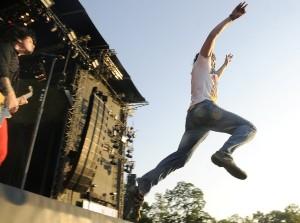 Fanoušek, který skáče do publika. Stage diving s rozběhem