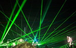 Laserové paprsky nad hlavami fandů Muse