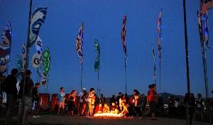 Pietní místo se svíčkami: vzpomínka na oběti loňské tragédie